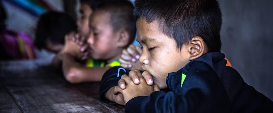 Children-praying-in-Thailand